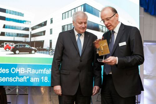 Horst Seehofer and Marco Fuchs during the presentation of the EnMAP satellite model